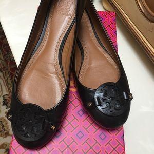 Shoes - Tory Burch Black Logo ballet flats size 9